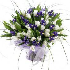Букет с белыми тюльпанами и ирисами